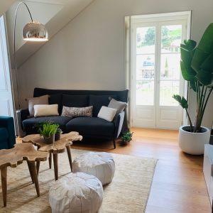 Imagem de uma sala com um sofá azul