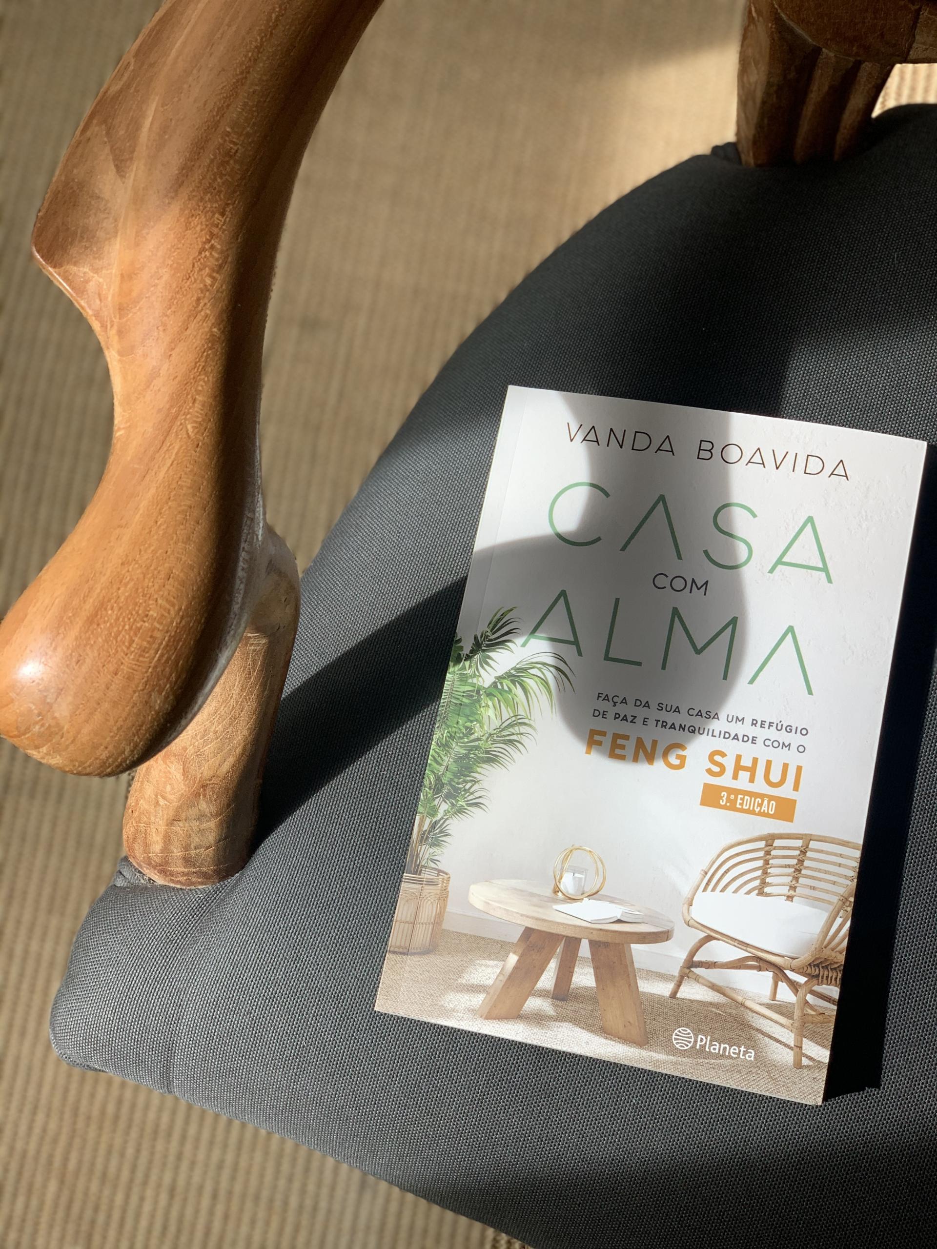 Livro Casa com Alma assente numa poltrona